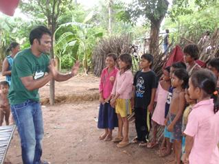 子どもたちに英語の歌を教える活動